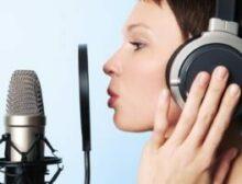 réalisation podcast - voix off - une femme en doublage