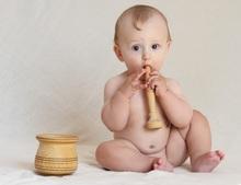 communication sonore un bébé joue avec les sons