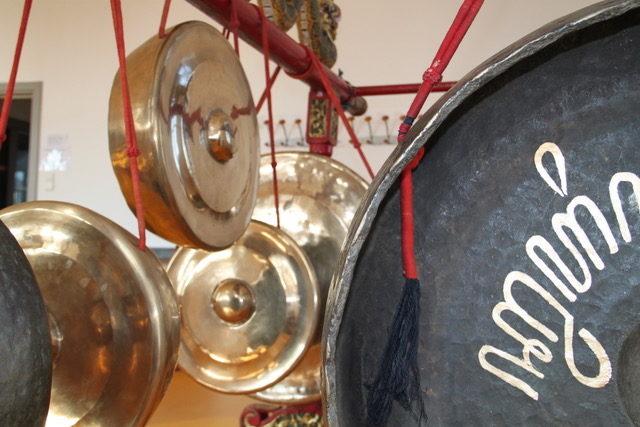 les grands gongs du gamelan javanais